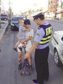 14岁姐姐扛弟弟骑独轮车上路 被交警拦下