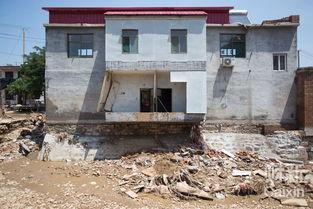 ...家庄村,一幢被洪水冲刷几近倒塌的房子.7月19日凌晨以来,武安...