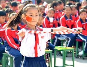 ...韵,队形整齐,动作规范,彩色的跳绳在队员们的手中画出优美的...