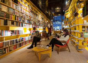 非类别陈列的,一本诗集会出现在... 空间狭长,几座高高的明黄色木书...