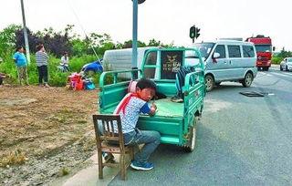 少年星的神奇宝贝道路-男孩车祸现场淡定写作业 交警劝说才离开