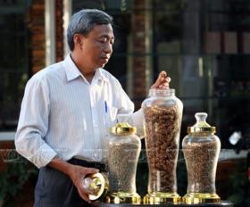 成功应用灵猫咖啡生产模式的阮孟强先生.-越南画报