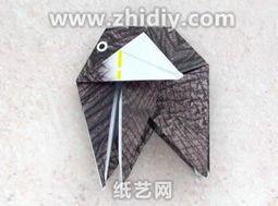 33.根据黄色箭头,将这两步集中操作的折纸部位向左边打开,详细效...