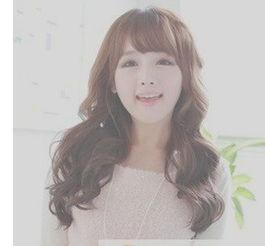 这是一款韩式风格的新款中长发烫发发型,前面的刘海稍整齐,头发是...