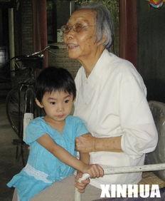 ...先佛和曾孙女在一起(2006年8月摄). 新华社记者   摄 -肖克夫人蹇...
