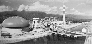 ...封闭的圆形煤场,右侧为项目在爪哇海岸自建的专属运煤码头.人民...