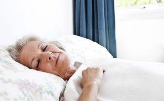 老头和老头睡觉-...城新闻网 老人睡眠不足有什么危害 如何治疗失眠