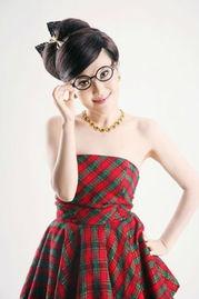 乌兰图雅新造型 卖萌 戴黑框眼镜酷似阿拉蕾