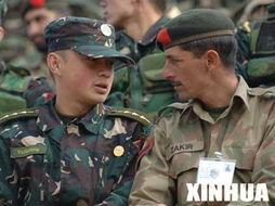 图为一名中国军人(左)同巴基斯坦军人亲切交谈.-中巴举行 友谊 ...