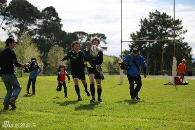 ...儿》本季的最终旅行站新西兰,黄渤和佟大为这两个爸爸以一种很特...