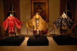 ...的贵族家庭奢华的生活,从环境布景到吃、穿、用等都是