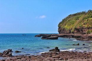 盛夏之际,从高空鸟瞰,涠洲岛像... 它掩映在一片绿影婆娑的芭蕉林和...