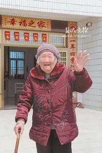 曹某干李梦溪-老太自己洗衣物.   家人合影.   有一个百岁老太,很爱美,不绣花的...