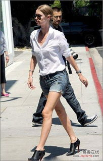 扣骚穴白拍-时尚解析:把白衬衫塞入牛仔短裤中,追求坠感和厚重感,立领设计显...