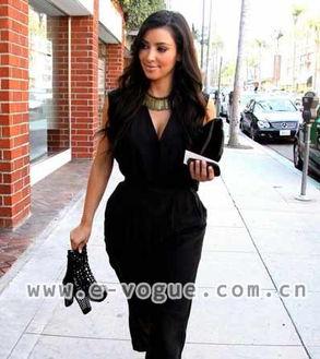 是穿错衣露出她肥硕的巨臀,这次搭配的黑色连身裤恰好修饰了这一问...