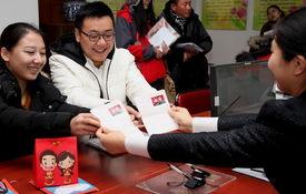 ...日,一对新人在北京市怀柔区民政局婚姻登记处领到结婚证.新华社...