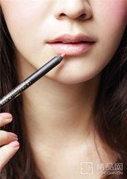 """古罗马肉笔-3、利用唇线笔勾勒唇部线条时要特别挑选唇膏的""""相近色"""
