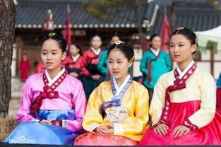 亮》.中间这个黄色衣服的就是陈智熙.