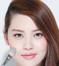 用透明唇蜜,令白嫩底妆提亮整体肤色.   当你需要摘掉