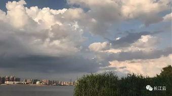 天空中的神来之笔-今天,长江云刷爆朋友圈