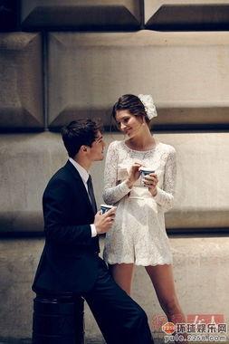 在纽约取景,由Ava Smith和丈夫出镜,头戴花朵花冠身披婚纱,完美...
