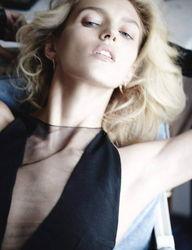 超模安雅真空出镜登德国版 Vogue 杂志 第2页