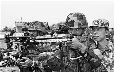 巴基斯坦军人与中国士兵在联合训练中试用武器.-战斗精神来自战场