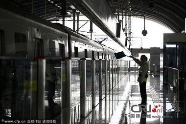 江苏昆山市上海地铁11号线器花桥站,一位工作人员在站台指挥.图片...