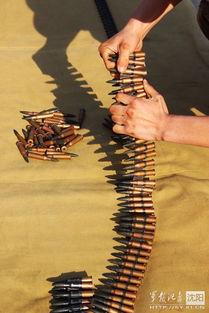 ....来自坦克四营十二连的上等兵李东平在并列机枪弹链装弹中,以1...