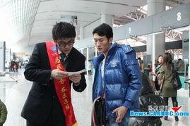 此名旅客改签至CZ3219航班,志愿者们也帮助提拿行李一直送到登机...