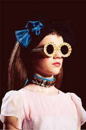 彩色圆框墨镜-15招让你hold住少女系时装