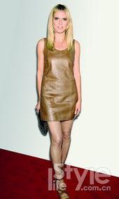 色系的镂空裸色高跟鞋与手包都足以证明她注重细节的时髦品位.