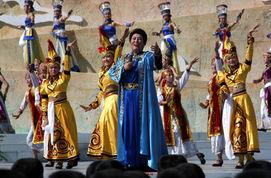 演出民族歌舞《红太阳照边疆》.   来源:人民网   一台名为《花儿唱...