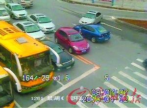 ...监控摄像头拍摄到的多辆小车违规.-交警昨起 通缉 违法换车道司机