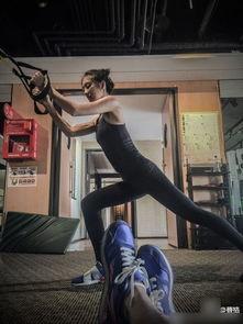 在微博晒出一组妻子吴速玲的健身照.并附文: