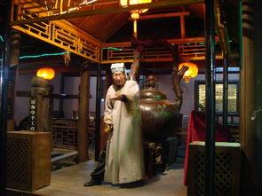 大宋说书人-宋城里街上说评书的年夜爷,听的路人还蛮多的……-上照片了 杭州宋城