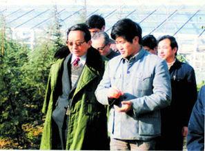 曾经的农民企业家陈银儿在接待领导视察 黄小伟/图-第一代企业家复活...