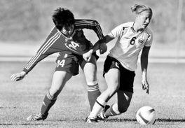 ...)与挪威队球员库恩森拼抢.新华社发-中国女足再失利 伊帅 不换领...