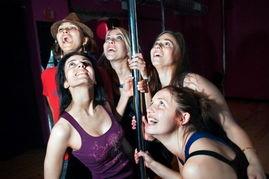 通宵性爱游戏 实拍国外女孩婚前单身夜