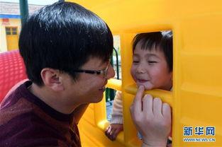...,鲜虎(左)带女儿鲜冰洁在校园内玩耍(4月26日摄).    摄 -29岁...