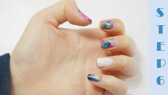 步是点上一些粉紫色的斑块,让整个指甲看起来更加斑斓(要是觉得色...