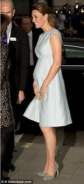 ...妃着紧身裙亮相孕肚尽显