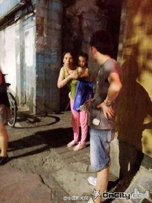 """场市民帮忙救回小女孩.目击者称... 脱了衣服裤子满大街走.\"""" 据悉,..."""
