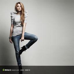 单腿站立的牛仔裤美女写真摄影高清图片