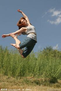猴三棍女房管兔兔照片-跳跃的美女图片