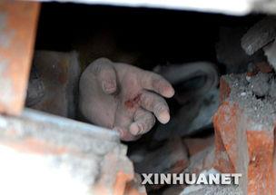 """...被埋在废墟中的女生伸出一只求援的手并不停地呼唤着""""救救我"""". ..."""