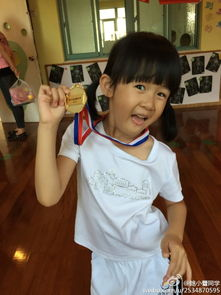 10月24日,鲍蕾在微博上传了自己参加女儿贝儿幼儿园的亲子运动会,...