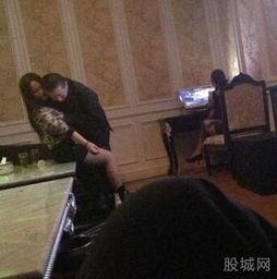 江苏一官员被曝歌厅不雅照,辩称不是小姐是女同学.图片来源:股城...