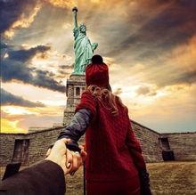 俄情侣牵手游世界异域照浪漫走红
