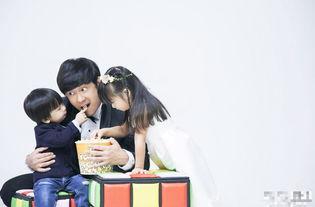 与老婆家群交全文阅读-陈浩民与妻子拍结婚周年写真 一家五口幸福爆棚
